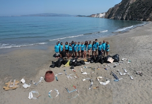 Cleaning Minies beach for World Oceans Day 2014